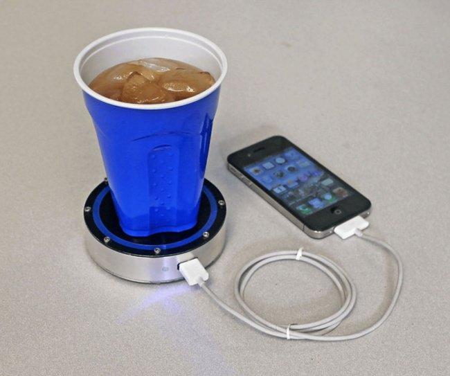 Un dispositif pour charger les appareils avec une boisson chaude ou fraîche
