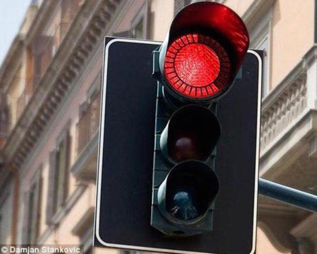 Le feu rouge qui affiche le temps restant avant le passage au vert